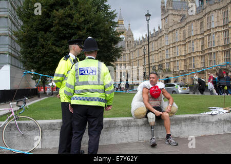 London, UK. 26th September, 2014. Protesters in Parliament Square as as politicians return to debate about going - Stock Photo