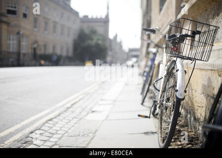 Bicycle leans against a wall in Oxford, UK - Stock Photo