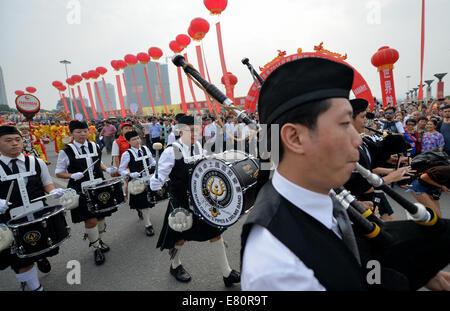 Jishou, China's Hunan Province. 28th Sep, 2014. Actors from China's Hong Kong perform in a parade at the 2014 Jishou - Stock Photo