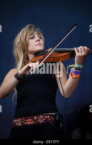 Laura Boston-Barber of Blackbeard's Tea Party plays fiddle on stage at Fairport Convention's Cropredy festival - Stock Photo