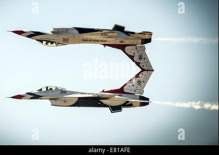 U.S. Air Force pilots with the Thunderbirds perform the calypso pass maneuver in F-16 Fighting Falcon aircraft - Stock Photo