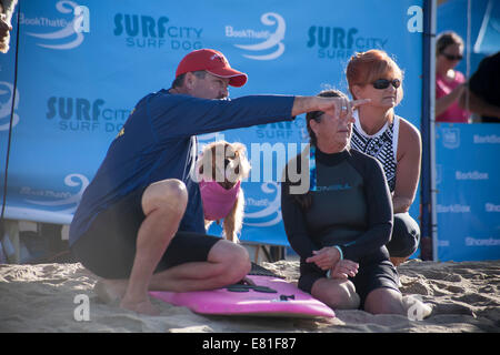 Huntington Beach, CA, USA. 28th September, 2014. Competitor and handlers at Surf City Surf Dog™ annual canine surfing - Stock Photo