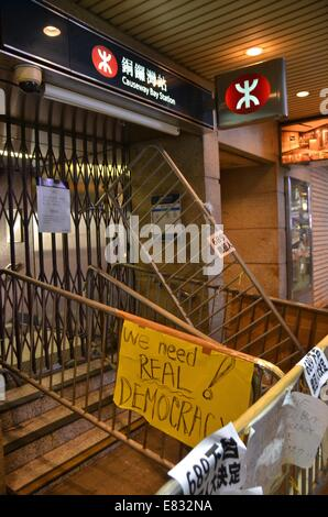 Hong Kong. 29th Sep, 2014. An underground railway station is barricaded as part of the second night of a pro-democracy - Stock Photo