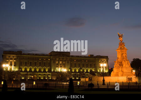 Buckingham Palace and Victoria Memorial at night in London, England. - Stock Photo