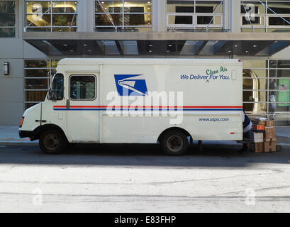 USPS vehicle parked in New York on Saturday, September 27, 2014. (© Richard B. Levine) - Stock Photo