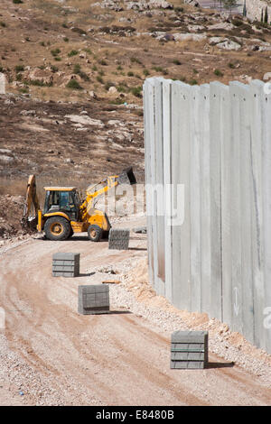 JERUSALEM, PALESTINE, WEST BANK - JULI 11, 2004: Middle-east conflict: Building the concrete Israeli separation - Stock Photo