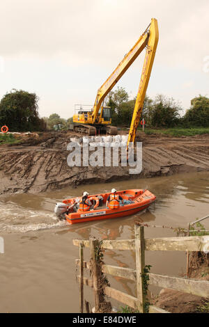 Burrowbridge, Somerset, UK. 30th September, 2014.  Dredging continues along the River Parrett on the Somerset Levels. - Stock Photo