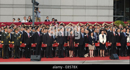 (141001) -- HONG KONG, Oct. 1, 2014 (Xinhua) -- Tung Chee-hwa (5th L, Front), vice chairman of the National Committee - Stock Photo