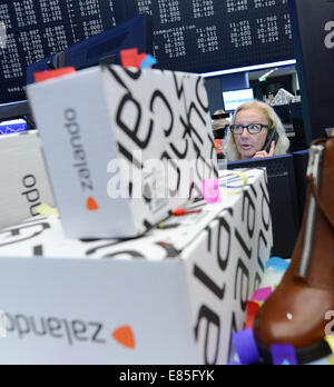 Frankfurt, Germany . 01st Oct, 2014. Zalando boxes and shoes stand in front of the DAX display panel at the Frankfurt - Stock Photo