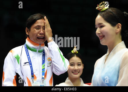 Incheon, South Korea. 1st Oct, 2014. Devi Laishram Sarita (L) of India reacts during the awarding ceremony of the - Stock Photo