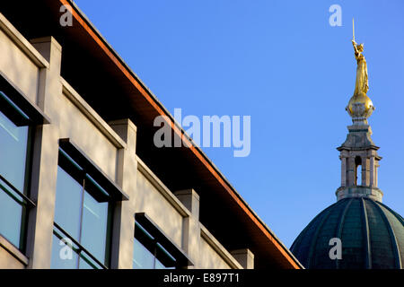 The scales of Justice above the Old Bailey Law Courts or Central Criminal Court, London, England, UK - Stock Photo