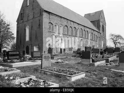 Achtziger Jahre, Gotik und Romanik, Evangelisch-reformierte Kirche Eilsum mit Friedhof in Krummhoern-Eilsum, Ostfriesland, - Stock Photo