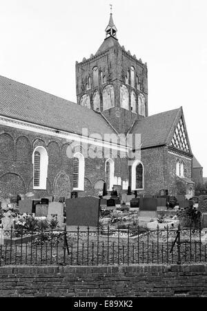 Achtziger Jahre, Evangelisch-reformierte Kirche St. Stephanus im Stil der Spaetromanik mit Friedhof in Krummhoern - Stock Photo