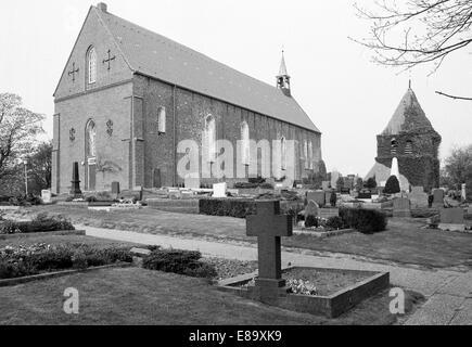 Achtziger Jahre, Gotik und Romanik, Evangelisch-reformierte Kirche mit Glockenturm und Friedhof in Krummhoern-Grimersum, - Stock Photo
