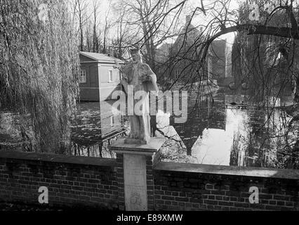 Achtziger Jahre, Wasserschloss Haus Steinfurt, Skulptur Johannes Nepomuk, Brueckenheiliger, Drensteinfurt, Muensterland, - Stock Photo