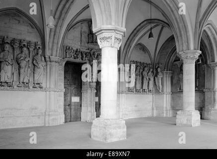 Achtziger Jahre, Vorhalle Paradies mit Saeulen und Apostelfiguren im St. Paulus Dom von Muenster, Muensterland, - Stock Photo