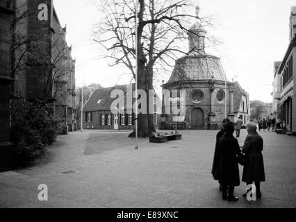 Achtziger Jahre, drei aeltere Frauen auf dem Kardinal-von-Galen-Platz vor der Marienkapelle im Gespraech, Barockkapelle, - Stock Photo