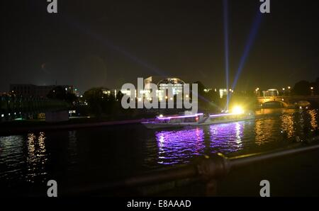 Berlin, Germany. 2nd Oct, 2014. A boat with a light installation on the river Spree in Berlin, Germany, 2 October, - Stock Photo