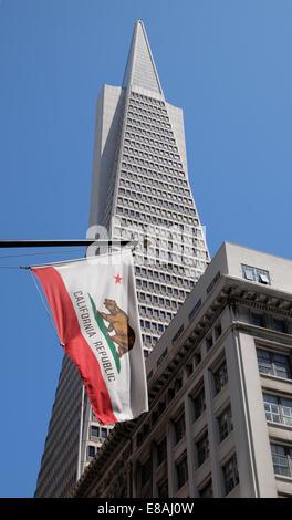 San Franciscos finacial distric and the Transamerica Pyramid with a California Republic flag - Stock Photo