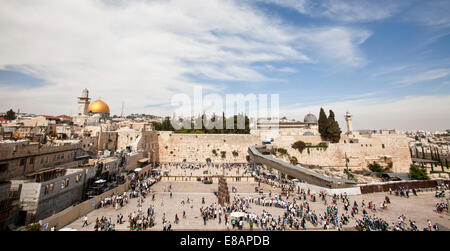 Israel, Jerusalem, Wailing Wall with the gilded dome of the rock on the left and the al-Aqsa Mosque on the right - Stock Photo