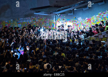 Hong Kong. 3rd October, 2014. Crowd surround and confront a Pro-Beijing supporter.Pro-democracy  student protesters - Stock Photo