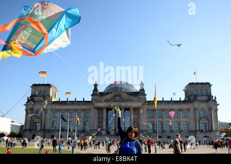 Demonstrators fly kites outside of the Reichstag in Berlin,Germany, 03 October 2014. During the campaint on international - Stock Photo