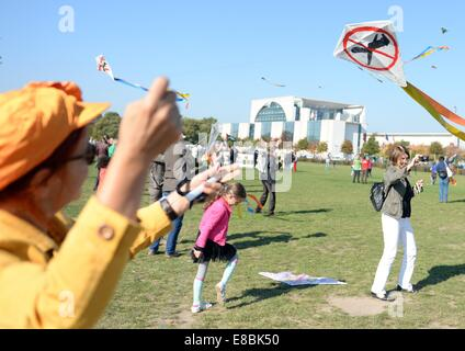 Demonstrators fly kites outside of the Reichstag in Berlin, Germany, 03 October 2014. During the campaint on international - Stock Photo