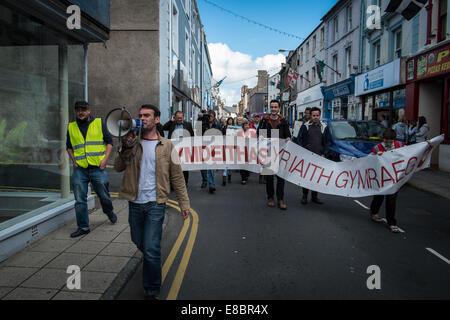 Pwllheli, Wales, UK. 4th October, 2014. Welsh Language Society (Cymdeithas yr Iaith Gymraeg) called on local authorities - Stock Photo