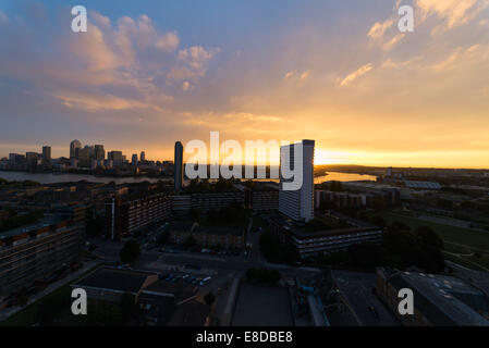 London, UK. 6th October, 2014. UK weather. Beautiful sunrise over Canary Wharf in London Credit:  Velar Grant/Alamy - Stock Photo