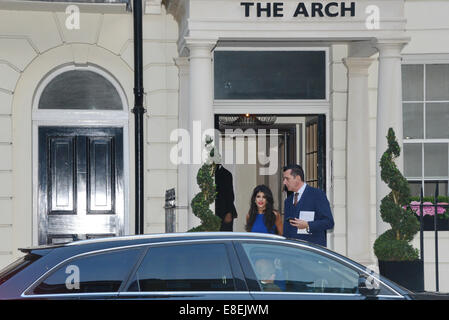 London, UK. 6th October, 2014. Jasmin Walia spotted leaving The Arch London and on her way to Pride of Britain Awards - Stock Photo