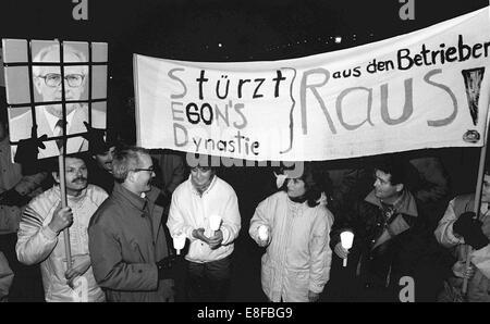 Citizens of Dresden take part in a demonstration against the GDR government on Schlossplatz in Dresden in October/November - Stock Photo