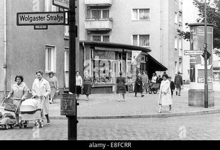Glance at the pulsating roadside of Bernauer Street belonging to West Berlin, 7 July 1961. The houses on the other - Stock Photo