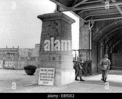 Two soldiers of the US Army standing in front of checkpoint Oberbaumbrücke in Berlin on 4th September 1962. The - Stock Photo