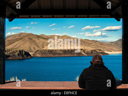 USA, Idaho, Ada, Boise, Lucky Peak, Man enjoying view of lake - Stock Photo