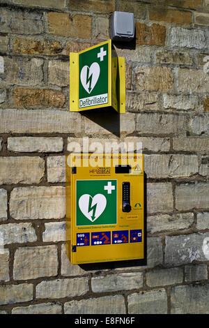 Defibrillator CPR emergency life saving equipment available at Moreton in Marsh market town popular with the elderly. - Stock Photo