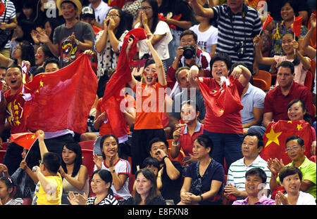 Nanning, China's Guangxi Zhuang Autonomous Region. 7th Oct, 2014. Fans of team China cheers during the team finals - Stock Photo