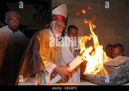 JOSEPH COUTTS, Archbishop of the roman catholic Diocese of Karachi, Pakistan. Lighting the Pascal candle during - Stock Photo
