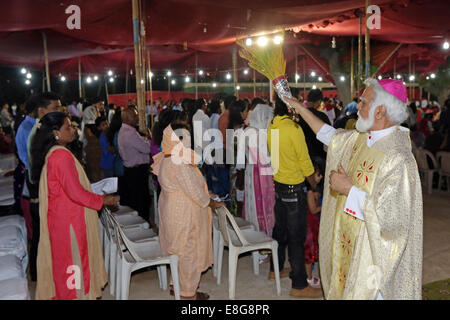 roman catholic Archbishop Joseph COUTTS of Karachi blesses believers during the easter mass outside Saint Patrick´s - Stock Photo