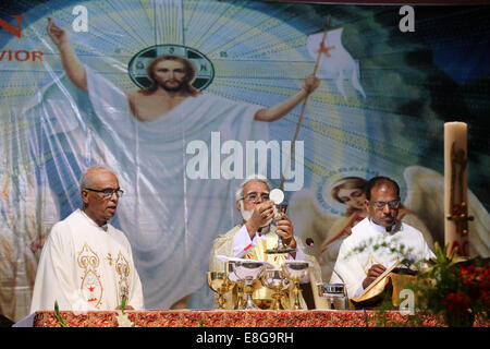 JOSEPH COUTTS (middle) Archbishop of the roman catholic Diocese of Karachi, Pakistan. Raising the goblet during - Stock Photo