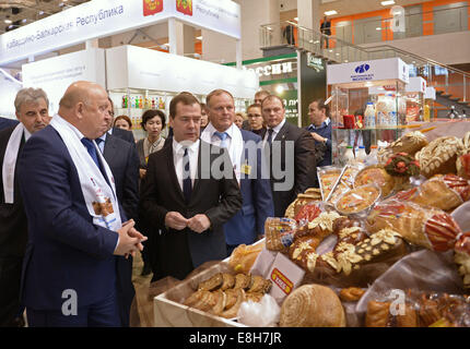 Moscow, Russia. 8th Oct, 2014. Nizhni Novgorod Region's governor Valery Shantsev (L front) and Russia's prime minister - Stock Photo