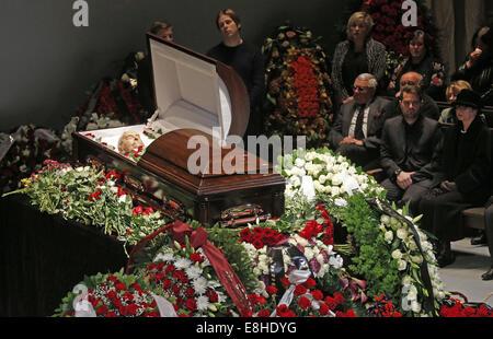 Moscow, Russia. 8th Oct, 2014. Yuri Lyubimov's son Pyotr (2nd R) and Yuri Lyubimov's widow Katalin (R) at the funeral - Stock Photo