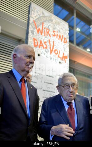 Leipzig, Germany. 8th Oct, 2014. Former US foreign ministers James Baker (L) and Henry Kissinger are pictured in - Stock Photo