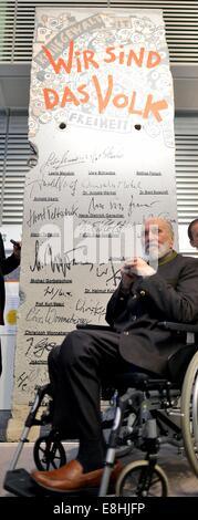 Leipzig, Germany. 8th Oct, 2014. Conductor Kurt Masur is pictured in front of a piece of the Berlin Wall participating - Stock Photo