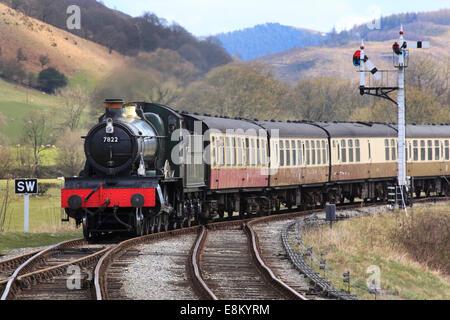 'Foxcote Manor' No. 7822 hauls a passenger train towards Carrog on the Llangollen Railway, Wales, Europe - Stock Photo