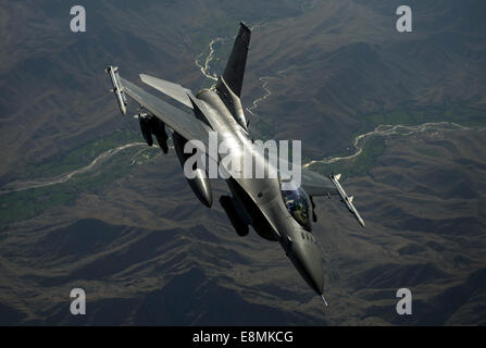 July 22, 2014 - An F-16C Fighting Falcon flies over Afghanistan after an in-air refueling mission in support of - Stock Photo