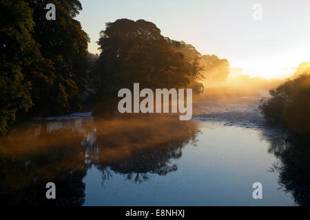 Middleham, North Yorkshire, UK. 12th October, 2014. UK Weather. Early Morning Mist over the River Ure after a cold - Stock Photo