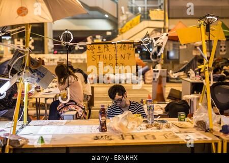 Hong Kong, China. 12th Oct, 2014. Students study on the street during the 15th-day occupy movement outside the chief - Stock Photo