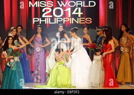 Pasay City, Phillipines. 13th October, 2014. Valerie Weigmann is crowned by Miss World 2013 Megan Youngh after winning - Stock Photo