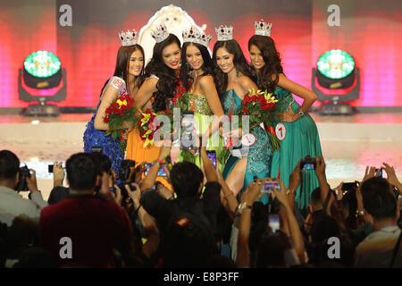 Pasay City, Phillipines. 13th October, 2014. Valerie Weigmann (C) together with other winners pose for photographs - Stock Photo