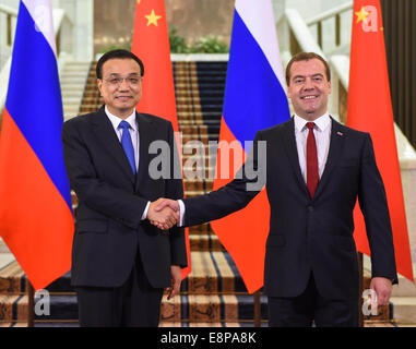 Moscow, Russia. 13th Oct, 2014. Chinese Premier Li Keqiang (L) meets with his Russian counterpart Dmitry Medvedev - Stock Photo
